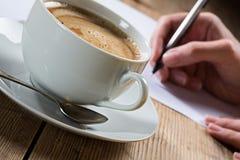 Cuvette de café avec de la mousse image stock