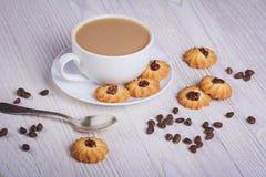 Cuvette de café avec des biscuits Photographie stock