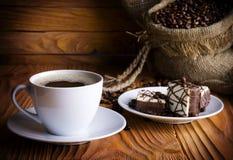 Cuvette de café avec des biscuits de chocolat Photographie stock libre de droits