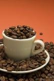 Cuvette de café avec des coffres de coffe photo libre de droits
