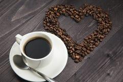 Cuvette de café avec des graines de café Images stock