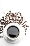 Cuvette de café avec des graines de café d'isolement sur le blanc Image libre de droits