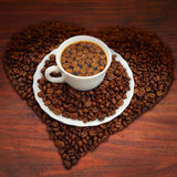 Cuvette de café avec des grains de café Image libre de droits
