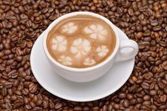 Cuvette de café avec des grains de café Photos libres de droits
