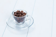 Cuvette de café avec des grains de café sur la table Photos libres de droits