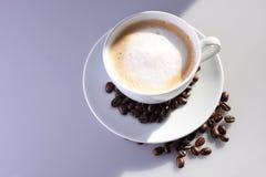 Cuvette de café avec des haricots Images stock