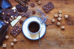 Cuvette de café avec du chocolat Photographie stock libre de droits