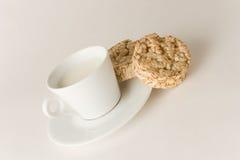 Cuvette de café avec du lait et des biscuits Images stock