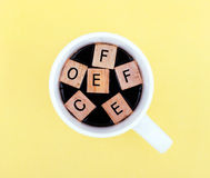 Cuvette de café avec l'alphabet Photo stock