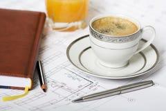 Cuvette de café avec l'arrangement et le crayon lecteur de crayon Image stock