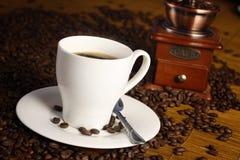 Cuvette de café avec la rectifieuse Photographie stock