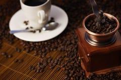Cuvette de café avec la rectifieuse Images libres de droits