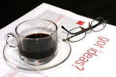 Cuvette de café avec la revue créatrice photographie stock libre de droits