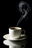 Cuvette de café avec la vapeur d'isolement Photographie stock libre de droits
