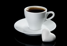 Cuvette de café avec le biscuit de forme de coeur Photographie stock libre de droits