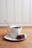Cuvette de café avec le 'brownie' - vue de verticale Images stock