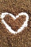Cuvette de café avec le coeur Coeur granulé de café sur un fond blanc Photo libre de droits