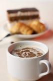 Cuvette de café avec le dessert photos stock