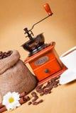 Cuvette de café avec le sac à rectifieuse et à toile de jute de rôtir Photos stock
