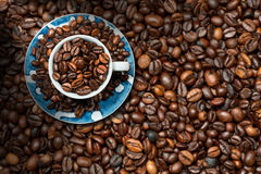 Cuvette de café avec les grains de café rôtis Photos libres de droits