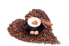 Cuvette de café avec un coeur avec de la cannelle et le sucre. Concept de pause-café. Image stock