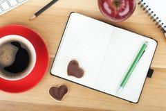 Cuvette de café, biscuits, pomme rouge et fournitures de bureau Images stock