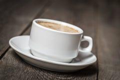 Cuvette de café blanc sur la table en bois Photo stock