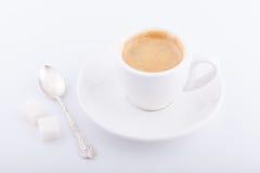 Cuvette de café blanche sur le fond blanc Photo libre de droits