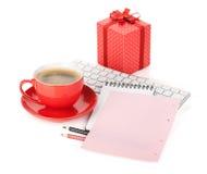 Cuvette de café, boîte-cadeau et lettre d'amour rouges Photos libres de droits