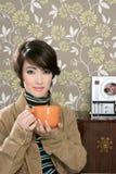 Cuvette de café buvant la rétro femme de la mode 60s Photographie stock libre de droits