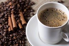 cuvette de café chaude avec de la cannelle et des graines de café Photos libres de droits