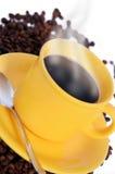 Cuvette de café chaude avec de la fumée Photo stock