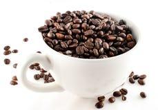 Cuvette de café complètement de grains de café Photographie stock
