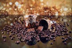 Cuvette de café complètement de grains de café rôtis Image stock
