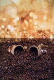 Cuvette de café complètement de grains de café rôtis Photographie stock libre de droits