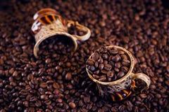 Cuvette de café complètement de grains de café rôtis Photos stock