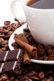 Cuvette de café, d'haricots, de cannelle et de chocolat noir photos libres de droits