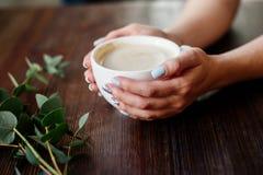 Cuvette de café dans des mains image stock