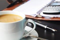 Cuvette de café dans le bureau Photographie stock