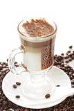 Cuvette de café de latte sur des haricots photo stock