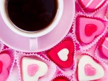 Cuvette de café et bonbons roses Images stock