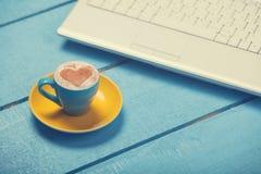 Cuvette de café et d'ordinateur portatif Photos libres de droits