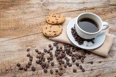 Cuvette de café et de biscuits Photographie stock libre de droits