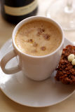 Cuvette de café et de gâteaux Photographie stock libre de droits