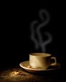 Cuvette de café et de grains de café photographie stock libre de droits