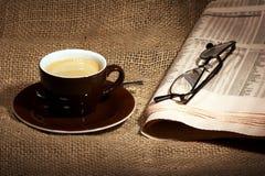 Cuvette de café et de journal Photographie stock