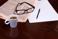 Cuvette de café et de journal Images stock