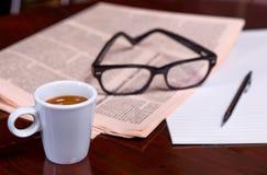 Cuvette de café et de journal Photos libres de droits