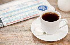 Cuvette de café et de journal Photographie stock libre de droits