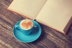 Cuvette de café et de livre Photo libre de droits